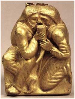 Обряд побратимства у скифов, золотая бляшка из кургана Куль-оба, Керчь, 4 век до новой эры. Рог с вином, в котором смешана кровь из рассеченных ладоней.